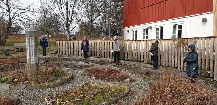Vi møtes rund fredssøylen i urtehagen