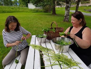 Gunnhild og Tone lager te